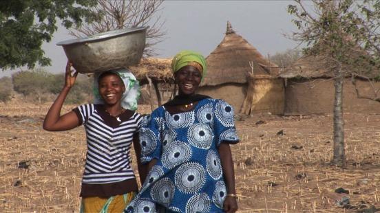 Alina und Schwägerin in ihrem Dorf in Burkina Faso