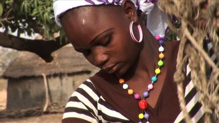 Burkina Faso, 2012. Eine junge Frau aus der Region Tenkodogo holt Wasser aus dem Brunnen. Auch Schwangere muessen die anstrengende Arbeit bis zum 9.ten Monat verrichten.